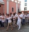 Por las calles, en recorrido a pie con alumnos, ciudadanos y comunidad musical, recibiendo el aplauso  de los meridanos.