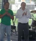 Johnny Oliver Quintal, acompañado del Sr. Fernando Castro, en el momento de dar la bienvenida a los asistentes a la Posada.