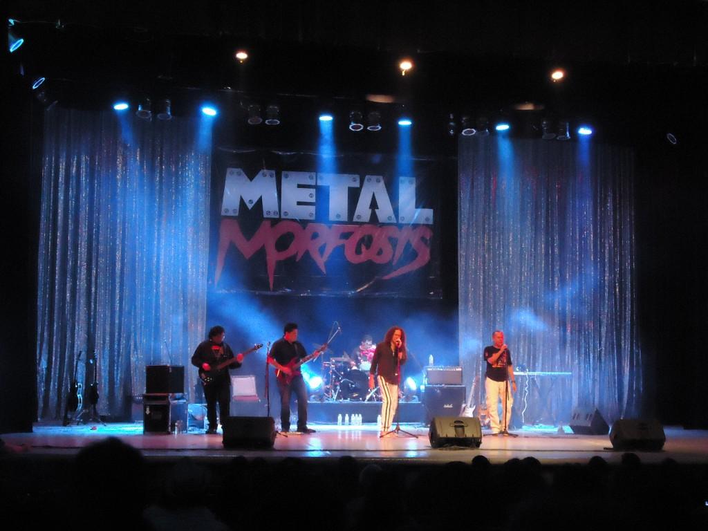 """""""Paxux"""" Escalante, acompañado por Antología Rock Band y por """"su compadre que no es su compadre"""" Luis Viera en los coros, interpretan """"Satánico Plan – Volumen Brutal"""", de Barón Rojo."""