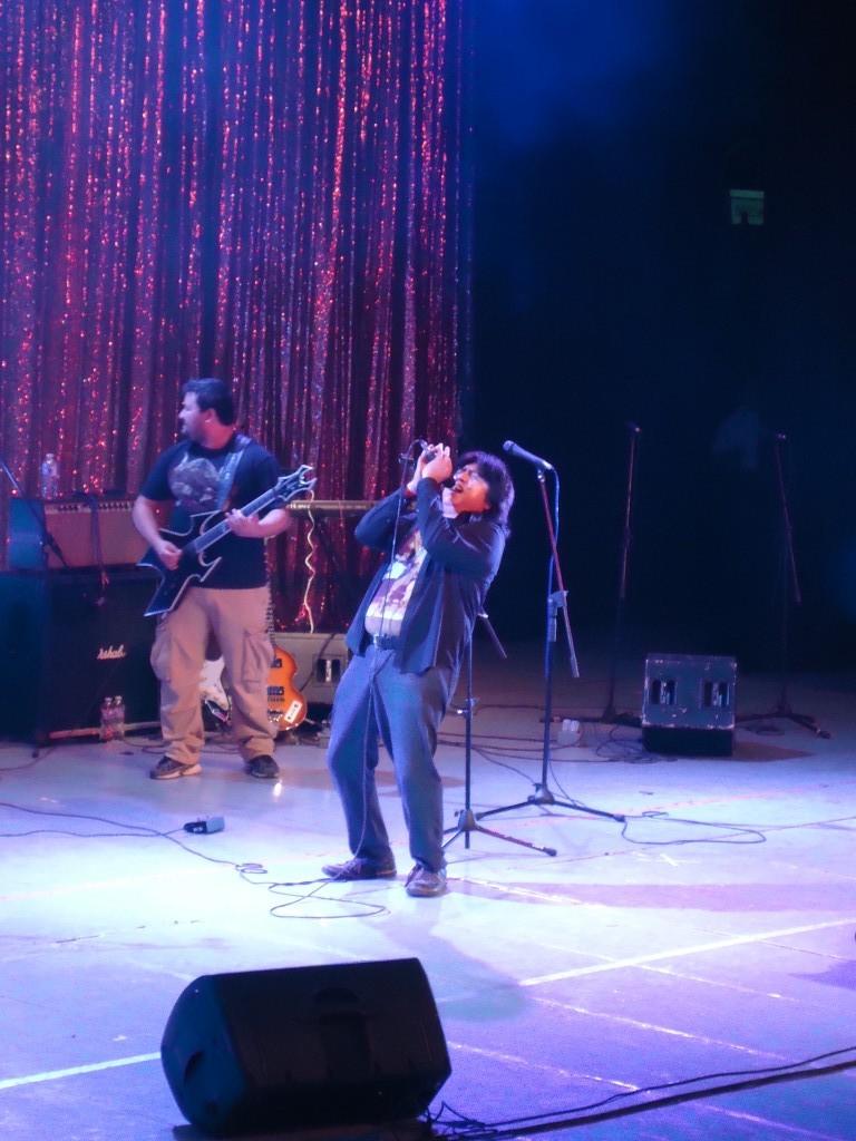 Ricardo Pat, con Antología Rock Band y acompañado de sus invitados, desgrana las notas del popurrí de Led Zeppelin que interpretaron
