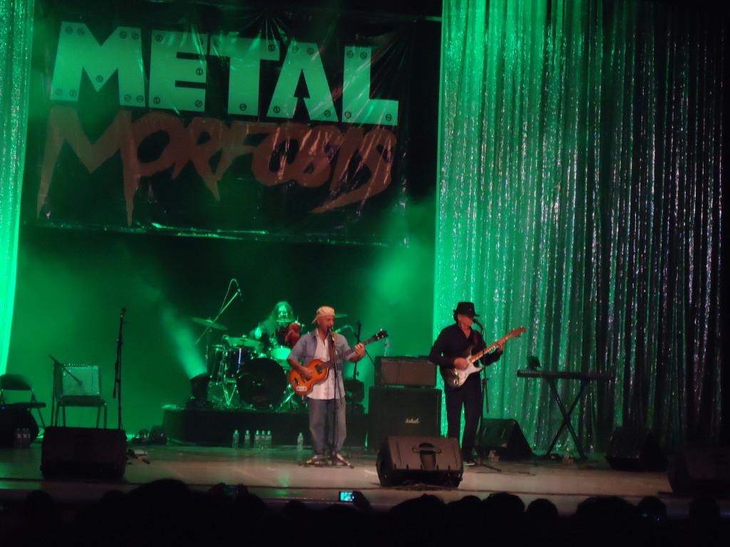 Timeless, la banda que conforman Erick Flota, Pepe Némer y Pepe Blanco, en plena actuación