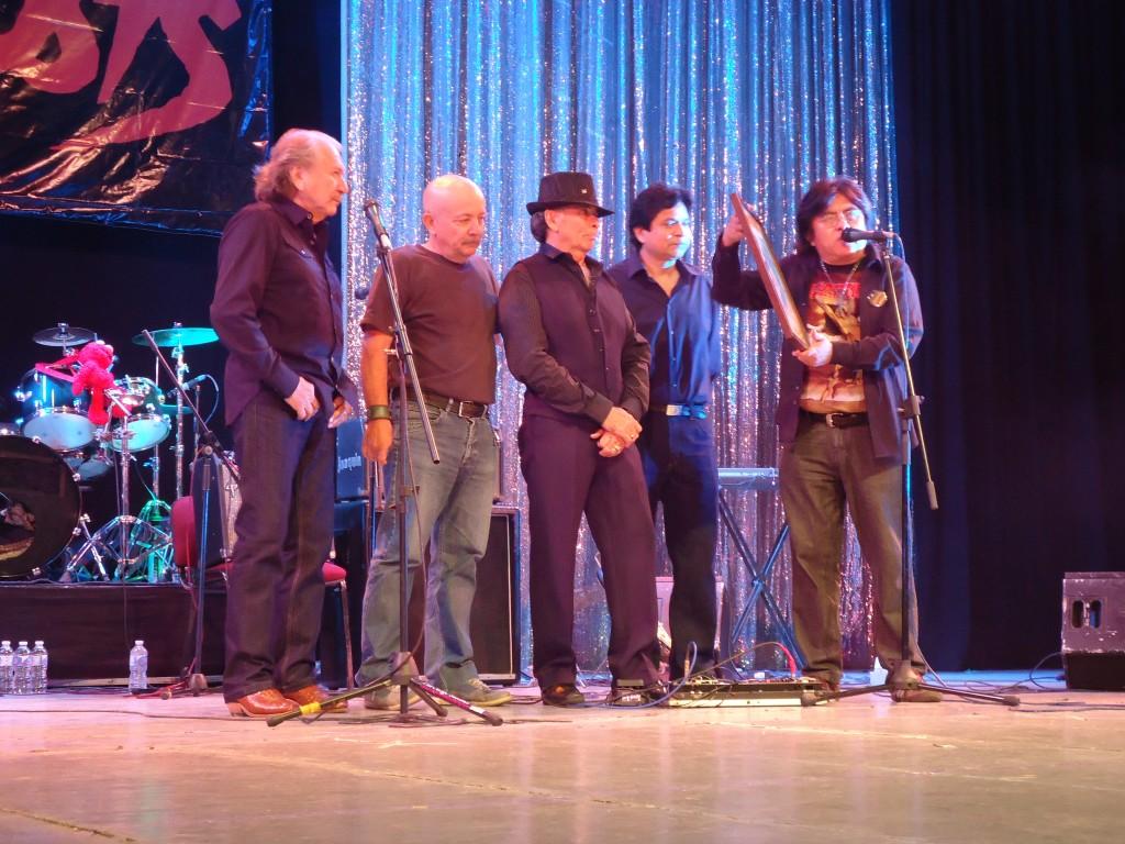 Ricardo Pat, acompañado de Iván Martínez, Jorge Cervera y Marcos Rodríguez, hace entrega de un reconocimiento a Erick Flota por su exitosa trayectoria artística