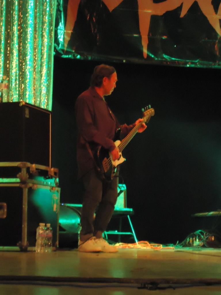 Mike Barrera, otro monstruo local del rock, se unió al palomazo final