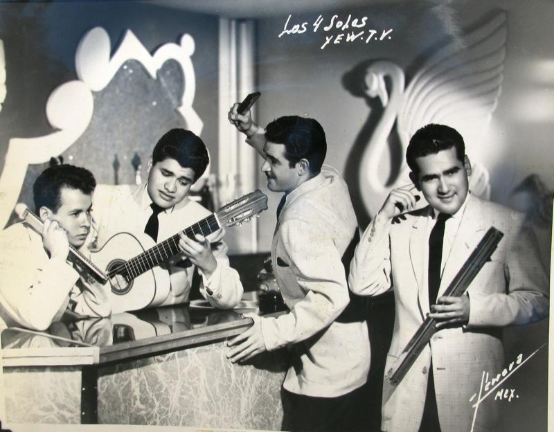"""- """"Los Soles"""" en una fotografía de """"Jazbec""""en el estudio Azul y Plata de la XEW Tv de México."""