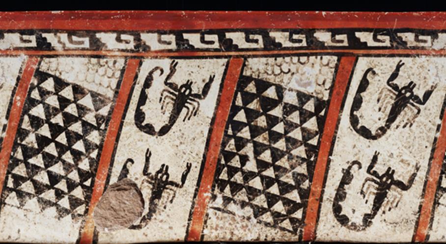9)Los triángulos claramente representan la coraza del armadillo, y la parte blanda de la piel aparece representada por pequeños semicírculos; esta vasija posiblemente muestre alguna relación del armadillo con los alacranes (artrópodos), que también eran de utilidad en la medicina Maya; al Huech  lo relacionaban con las constelaciones y el simbolismo oscuro  del inframundo