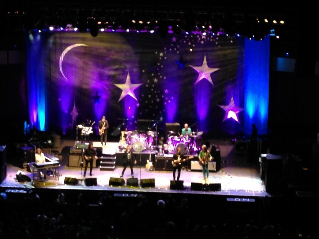 De izquierda a derecha, Greg Rolie, Warren Ham, Steve Lukather, Ringo Starr, Richard Page, Greg Bissonette y Todd Rundgren
