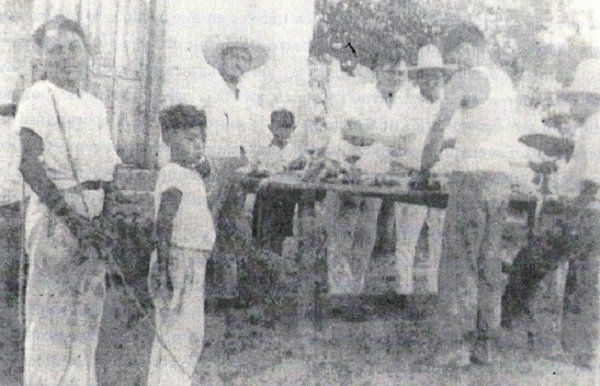 José del Carmen Barrera Lara en el centro de la imagen. De espaldas, su hijo Rafael Barrera Baqueiro, y a su derecha el niño Raúl Emiliano Lara Baqueiro.