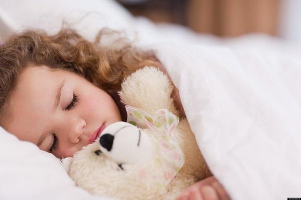 Los terrores nocturnos ocurren durante el sueño no REM y las pesadillas durante el sueño REM.