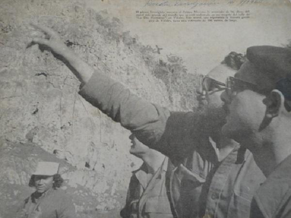 Fidel Castro y el pintor Leovigildo González Morillo, en la gran roca del Valle de Viñales en donde se pintaría el Mural de la Prehistoria.