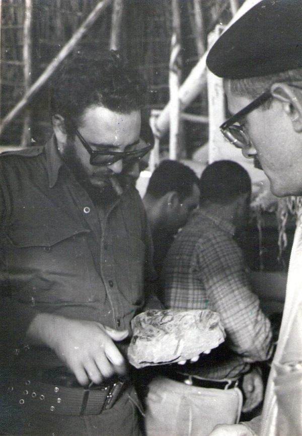 El comandante Fidel Castro y el pintor, examinando algún bosquejo de la obra.