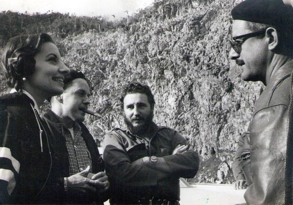 Fidel Castro con Alicia Alonso, la gran bailarina cubana y directora del Ballet Nacional de Cuba, Antonio Núñez Jiménez, científico, revolucionario y político cubano, el Comandante Fidel y el pintor Leovigildo González Morillo, en el mogote de Viñales.