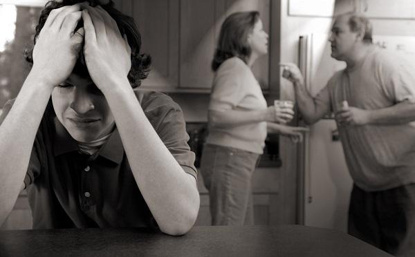 Es muy común que, en una relación tóxica de pareja, la violencia y abuso sean canalizados hacia los hijos.