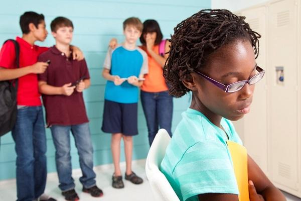 Un niño que vive en una familia tóxica tenderá a repetir las conductas vistas en otros escenarios, como en la escuela a través del bullying.