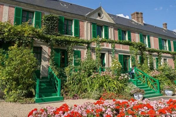 Parada para admirar los tonos suaves de rosa y verde en el exterior de la casa.