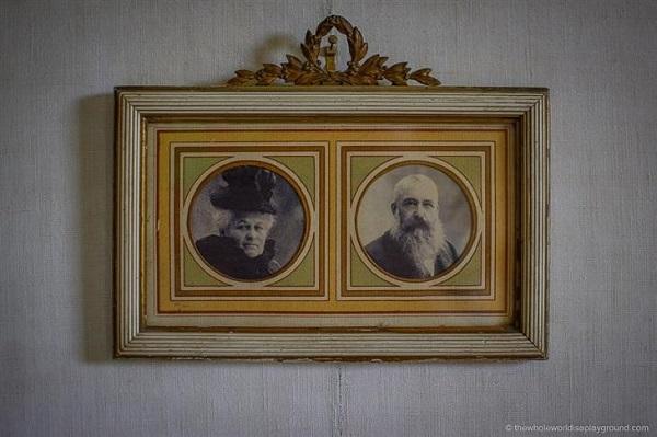 Una fotografía enmarcada de Monet y de su esposa Alicia.