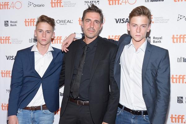 """El director Martin Zandvliet y dos de sus actores sobresalientes en """"Bajo la Arena"""": los hermanos Emir y Oskar Belton."""