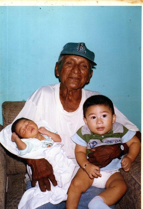 Félix Octavio Hernández, El Marqués, con sus nietos. Foto cortesía de la familia Hernández Loría.