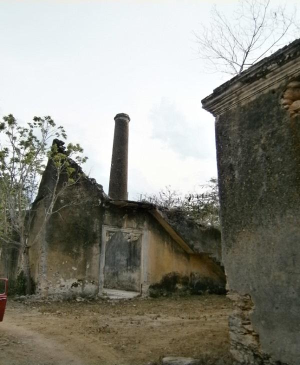 Edificios en ruina y camino de acceso a la hacienda San Diego.