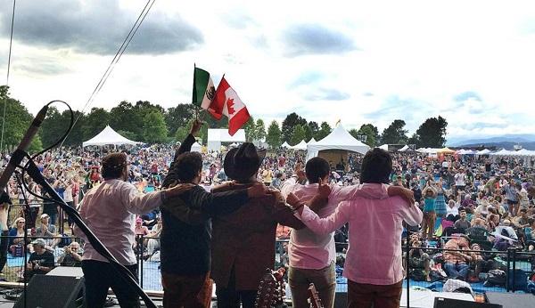 La banda se ha presentado en grandes escenarios y ante miles de personas, pero también ha visitado comunidades en varias partes del país.