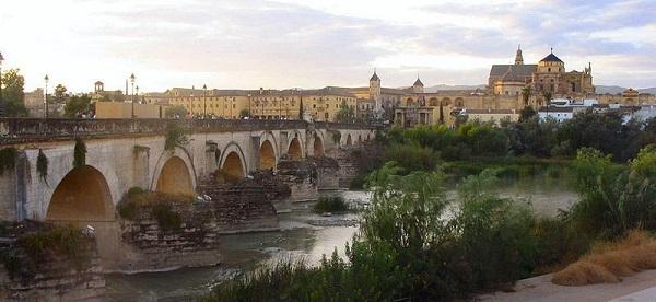 Puente Romano en Córdoba sobre el Guadalquivir; al fondo, la Mezquita.