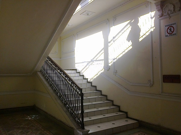 Foto: Escaleras a la planta alta del antiguo hotel Chichen Itzá. Calle 59 x 58. Juan José Caamal Canul.
