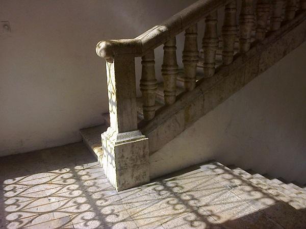 Foto: Descanso de las escaleras a la planta alta del Palacio Municipal. Calle 62. Juan José Caamal Canul.