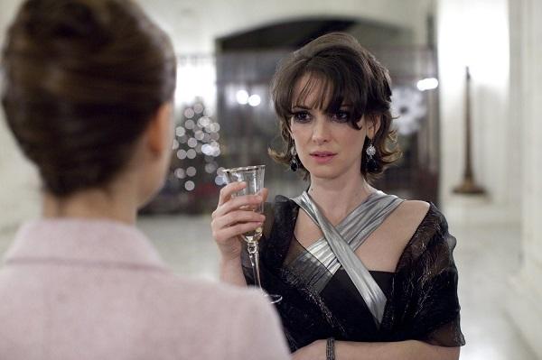 La muerte de Beth (Winona Ryder) ocasiona en Nina un sentimiento de culpa (de carácter edípico), aun cuando aquella le había insultado.