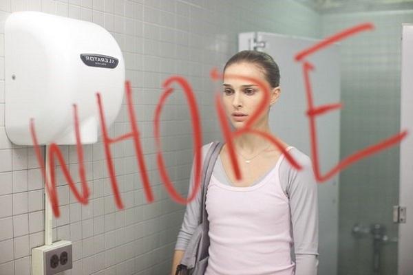 """La culpa, como función neurótica correspondiente a Superyó, aparece en varios momentos de la cinta, como cuando Nina sale del baño y encuentra escrita la palabra """"prostituta"""", ya que antes había besado al director de la obra."""