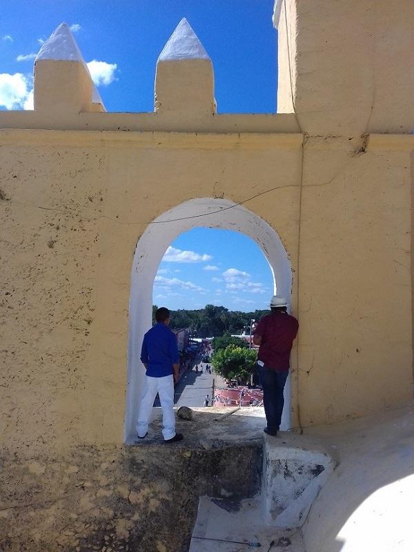 Desde uno de los campanarios, dos personas observan la insuperable vista de la plaza principal desde las alturas.