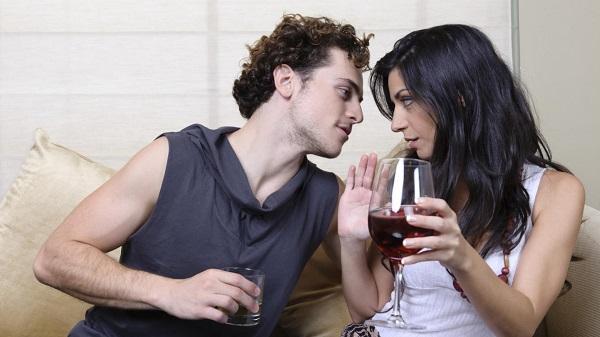Al igual que el alcohol, la oxitocina actúa como un deshinibidor, produce que los sujetos se arriesguen a empezar una relación sin medir las consecuencias.