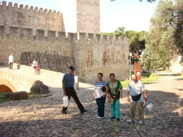 Entrada del Castillo de San Jorge. Los viajeros César y Carito al fondo de espaldas y adelante Manolo, Silvia, Guadalupe y el Ing. Alvarado.