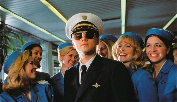 """Leonardo Dicaprio interpreta a un joven con trastorno disocial de la personalidad que se dedica a estafar usando otro nombre, cometiendo fraudes y haciéndose pasar por piloto de una aerolínea en la película """"Atrápame si puedes""""."""