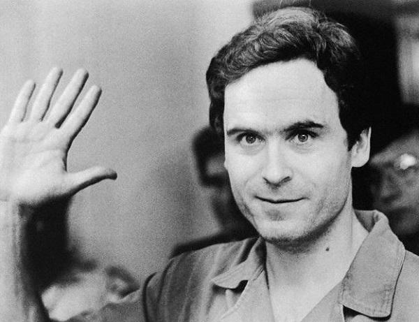 Ted Bundy, asesino serialde mujeres, culpable de 36 muertes –aunque, según los analistas, el número de sus víctimas podría estimarse a más de cien– recibía, estando dentro de la cárcel, innumerables cartas de amor de jovencitas que aseguraban admirarlo y estar enamoradas de él.