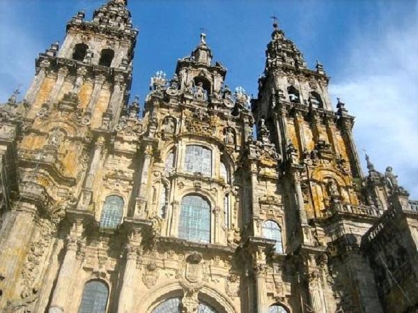 Arriba, estatuas del Apóstol Santiago y más abajo, a izquierda y derecha, dos de sus seguidores también encontrados en el mismo sepulcro.