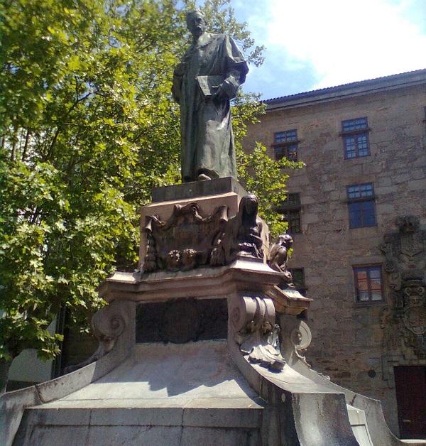 En la Escuela de Filosofía. Estatua del jurista y político compostelano Eugenio Montero Ríos en la Plaza de los Mazarelos.