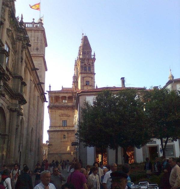 Por las calles de Santiago. Al fondo, hacia arriba, las torres de la Catedral.
