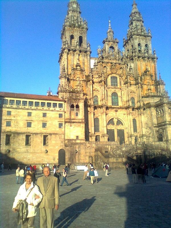 Carito y César frente a la Catedral.