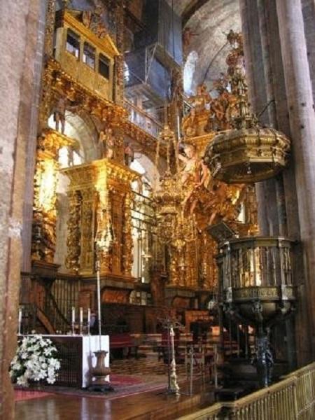Altar en una de las naves y púlpito.