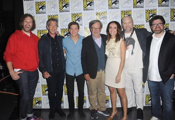 T.J. Miller (I-R0k), Ben Mendelsohn (Sorrento), Tye Sheridan (Wade), el director Steven Spielberg, Olivia Cook (Samantha), el guionista Zak Penn, y el autor Ernest Cline.