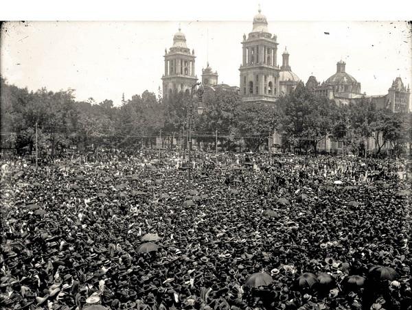 FOTOGRAFÍA ANÓNIMA,MULTITUD REUNIDA EN EL ZÓCALO A LA ESPERA DE FRANCISCO I. MADERO, 7/JUN/1911. © (INV. 36227) SECRETARÍA DE CULTURA.INAH.SINAFO.FN.MX