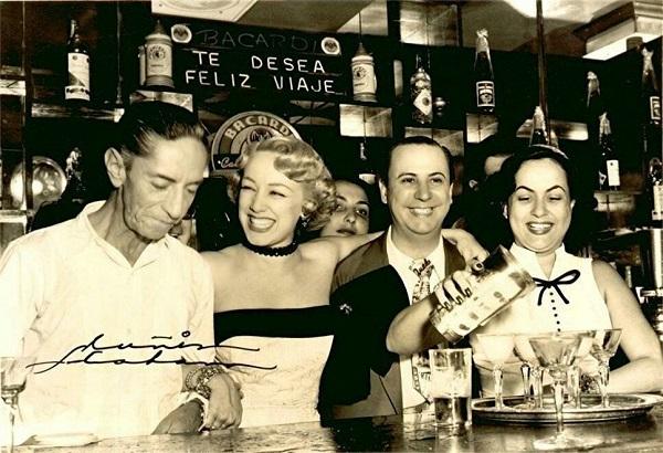 Agustín Lara, Rosita Fornés, Lucho Gatica y la coctelera del bar en Ciudad de México. AHGA.