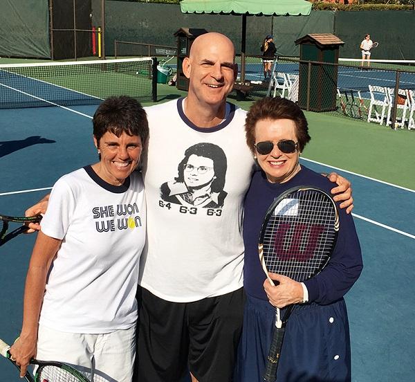 Harlan Coben, flanqueado por Billy Jean King (de lentes) e Ilana Kloss, dos leyendas del tenis mundial.