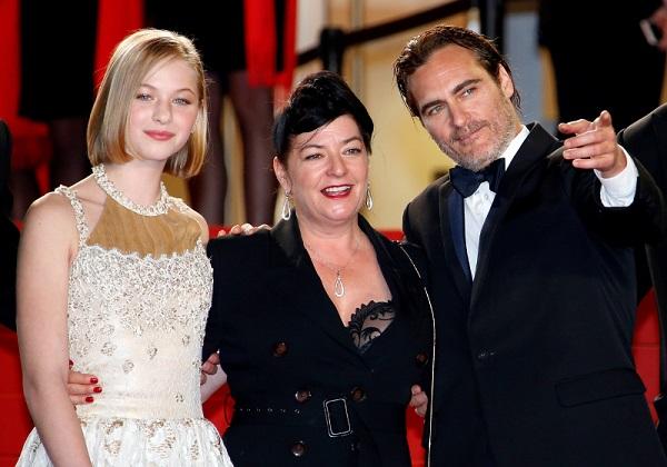 Ekaterina Samsonov, la directora Lynne Ramsay, y Joaquin Phoenix.