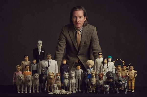 """Wes Anderson, director de la genial e inolvidable """"Isla de Perros"""", junto a los """"actores""""."""