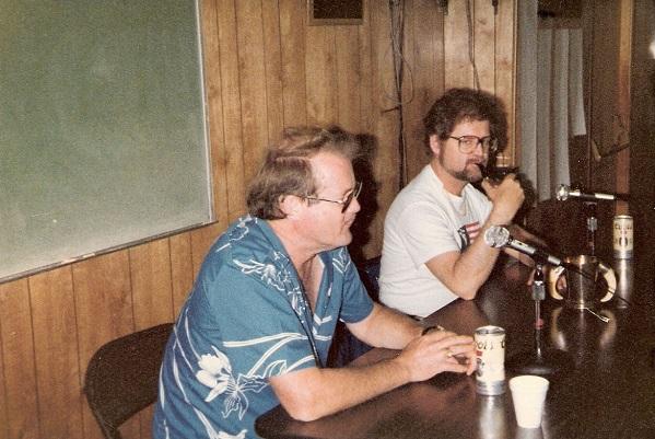 Larry Niven a la izquierda, y Jerry Pournelle a la derecha, en foto de la década de los 70, en el siglo pasado.