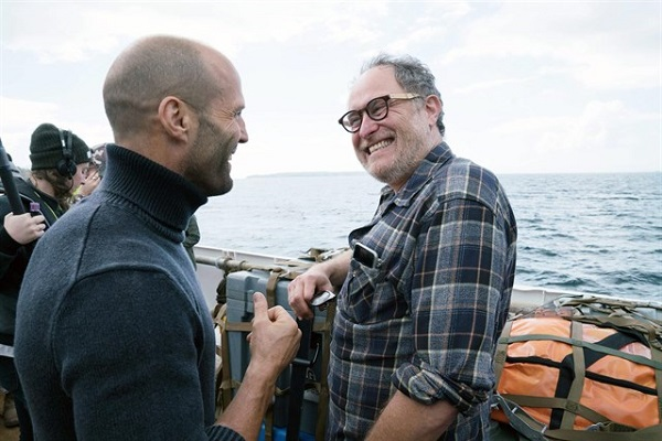 Statham bromea con Jon Turteltaub, director de Megalodón.