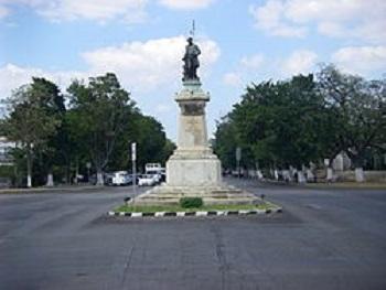 Estatua deJusto Sierra O'Reilly. Busto del Ing. Rafael R. Quintero, coautor del proyecto del Paseo de Montejo.