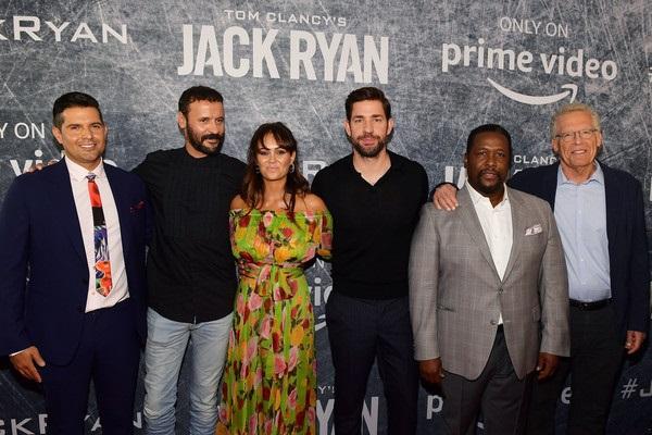 El elenco principal de Jack Ryan, flanqueado por sus creadores: Carlton Cuse y Graham Roland.