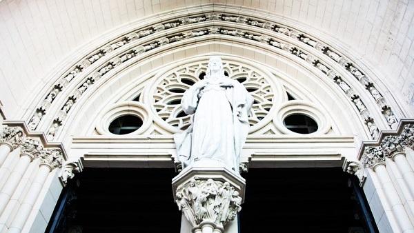 Desde su entrada, la iglesia recibe al visitante con una escultura del Sagrado Corazón de Jesús.