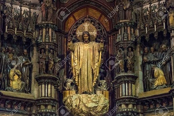 Gigantesca imagen del Sagrado Corazón tallada en madera al estilo bizantino, que preside el altar mayor.